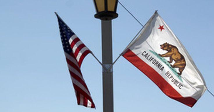 ¿Cuál es el significado detrás de la bandera de California?. Simbolizando la independencia californiana de México en los meses previos a la guerra de México con Estados Unidos, el emblema de algodón que se convertiría en la bandera del estado de California fue planteada por primera vez en 1846 por un grupo de pioneros que habían atacado un cuartel mexicano, mostrando su símbolo de la regla anti-México y la ...