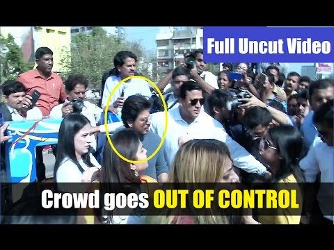 WATCH Crowd OUT OF CONTROL at inauguration of #BANDRA Sculpture by Shahrukh Khan. Click here to see the full video >>> https://youtu.be/6t4ShKzNSlQ #shahrukhkhan #bollywood #bollywoodnews