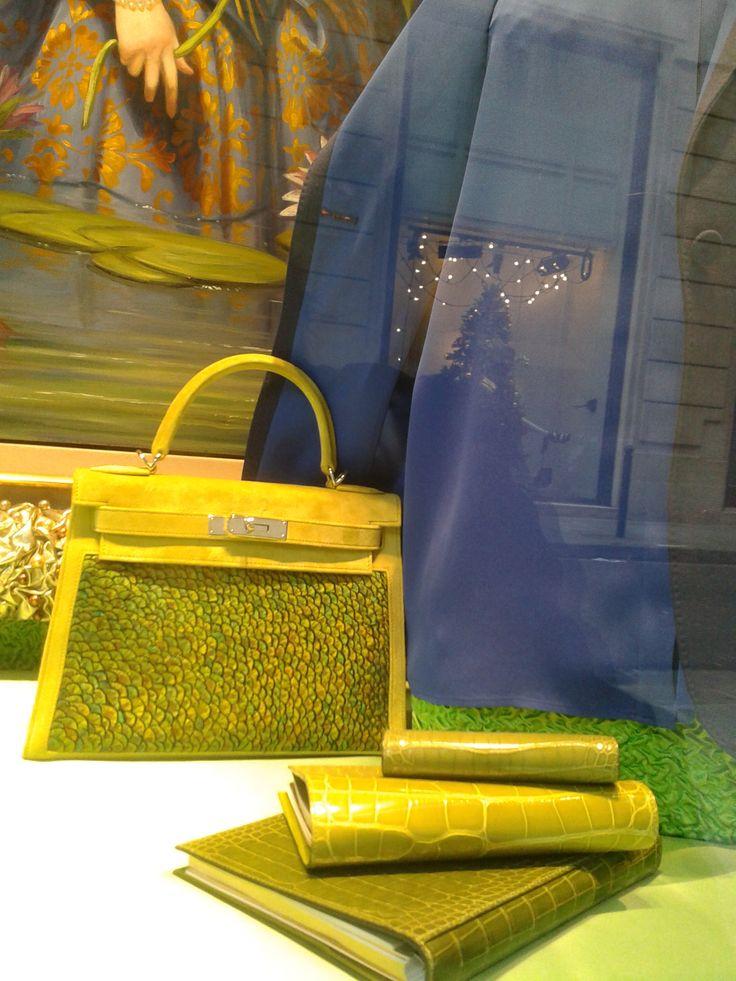 Vitrine Hermès kelly jaune soleil et accessoires assortis