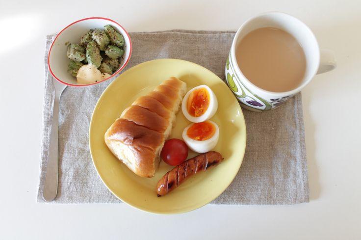 クリームコロネ、ゆで卵、トマト、ソーセージ、アボカド、ミルクティー