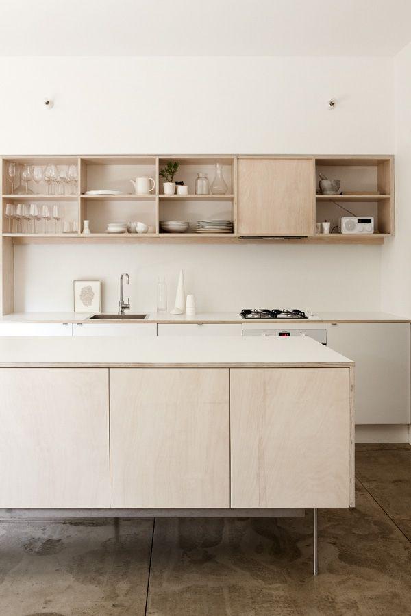 Cuisine en bois contreplaqué très clair, légère et aérienne : plan de travail très fin, meubles bas sur des pieds en inox hauts et fins, meubles hauts tout en longueur... Esprit scandinave