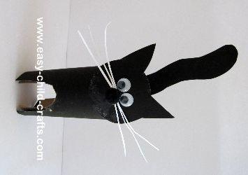 Een zwarte kat, gemaakt van een wc-rolletje