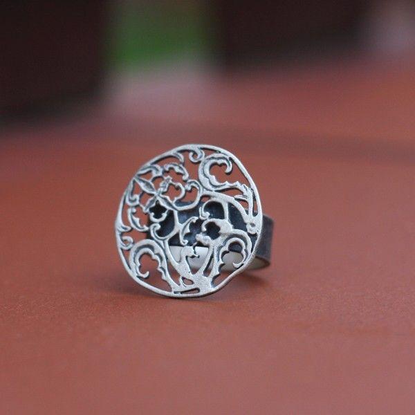 Pierścionek wykonany ręcznie z niezwykłą dbałością o szczegóły ze srebra próby 925.