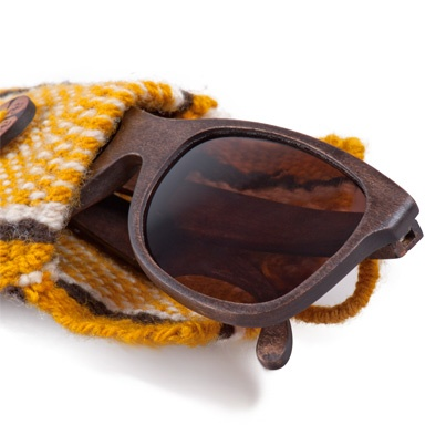 Materiales nobles, belleza auténtica y una nueva mirada. Las fundas de los lentes Karün son tejidas con lanas y tintes naturales.