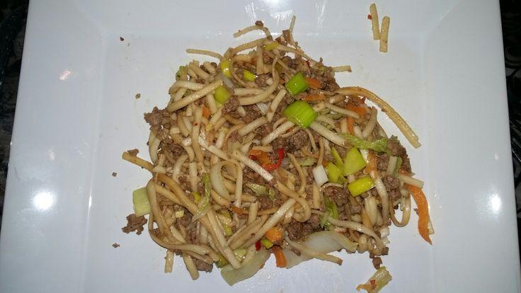 4 pers. 500gr gehakt kruiden met sojasaus, vijfkruidenpoeder en sambal. Vantevoren udon noedels koken en met koud water afspoelen. 500 gr groenten snijden, kun je voor gebruiken wat je nog he…