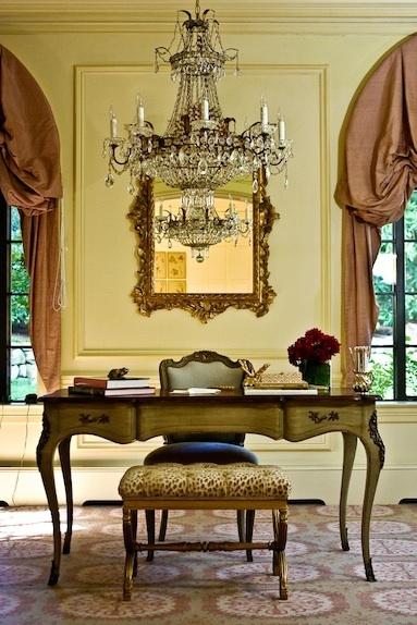 Klassiek kantoor, met sierlijke ronde vormen in de belijning van de meubels, armatuur en het patroon op het tapijt. dit laatste zorgt voor een wat minder 'streng' beeld dan het geval was geweest bij een effen tapijt of een gladde effen vloer.