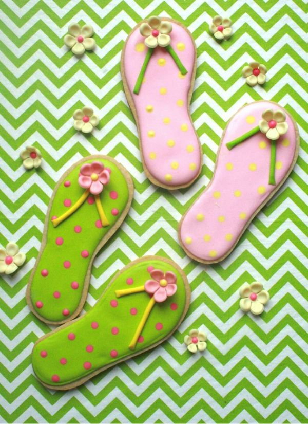 Love summer and cookies? Who doesn't?! Check out this delectable flip-flop decorated sugar cookie from Craftsy instructor and cake decorator extraordinaire Elisa Strauss!