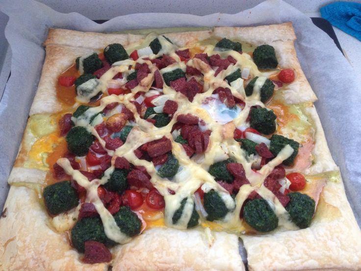 Plaatpizza van bladerdeeg met spinazie, chorizo, cherrytomaatjes, ui, ei en geraspte kaas. #budget #budgetrecept