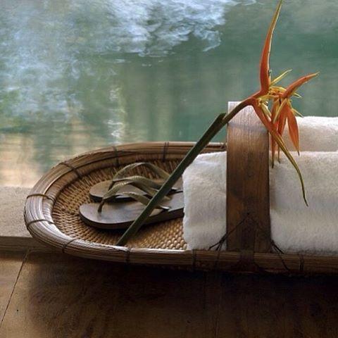 Amei essa ideia para o conforto do hóspede... Deixar as toalhas e chinelos numa cesta, junto à piscina, à sauna, à ducha... A flor dá o charme! 😍😍😍 Projeto de @anamariavieirasantos #olioliteam #olioli_lifestyle #recebercomcharme  www.recebercomcharme.com.br 👻 manu_touma