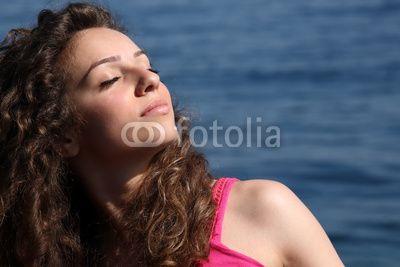 ragazza al mare che prende il sole