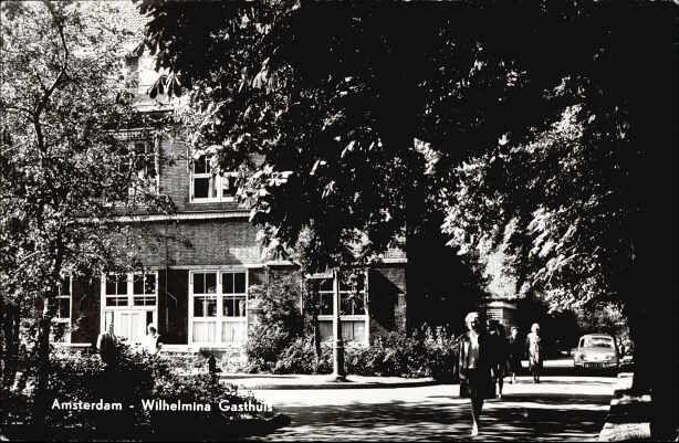 1960. Wilhelmina Gasthuis, in de volksmond WG. Eerste Helmerstraat in Amsterdam. Het ziekenhuis is gesloten in 1983. Sommige van de originele gebouwen staan er nog en zijn in gebruik als kantoor. Photo Gebr. Spanjersberg.