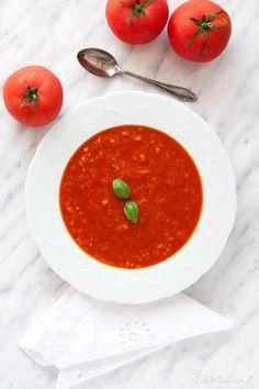 Ekspresowa zupa pomidorowa, a raczej zupa krem. Sycąca i pełnowartościowa - jest mocno pomidorowa, na rosole, z ryżem.