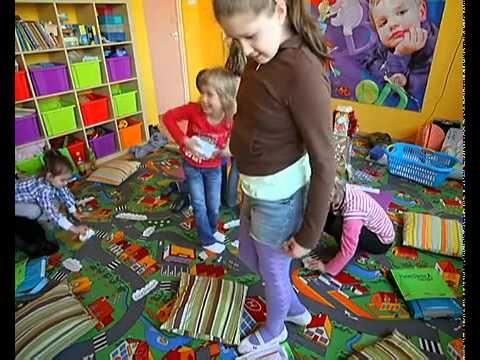 Cursul Botty the Robot invață copii de 6-12 ani limba engleză vorbită impreună cu elemente de bază pentru citire și scriere, dar cu accent pe o abordare fonică. În acest curs, cititul și scrisul sunt aduse la viață folosind cartonașe fonice colorate, caiete de exerciții colorate și o multitudine de jocuri și activități în cadrul clasei. Filmul combină o poveste umoristică cu cântece distractive