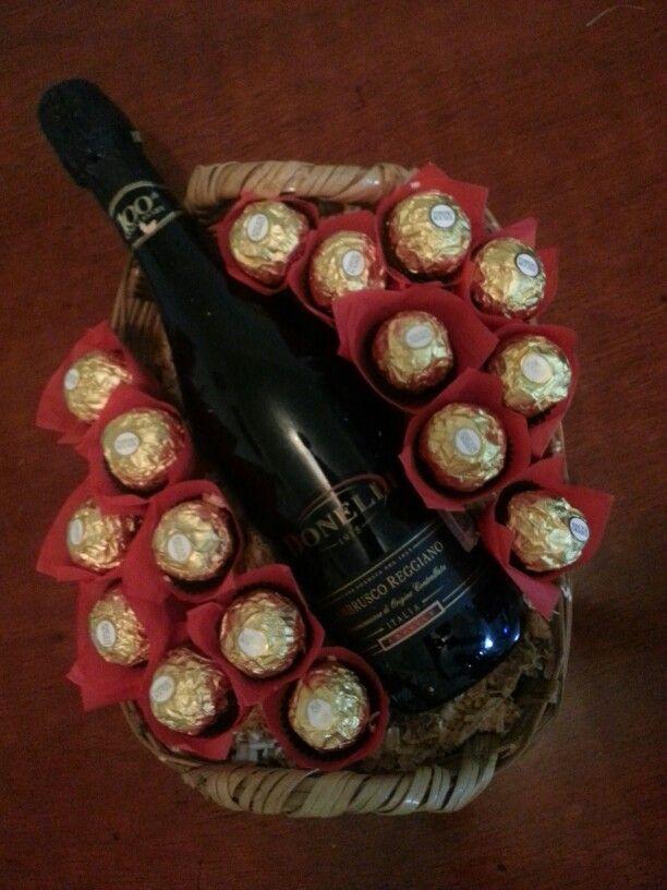 Canasta con 16 Chocolates ferrero y botella lambrusco !  https://m.facebook.com/Sweet-bouquet-Celaya-170269599979834/