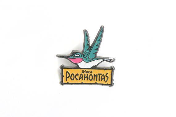 Este es un pin de Flit, el colibri de la película de Disney Pocahontas. Es un pin de Disney oficial Los pins vintage son difíciles de encontrar, no te lo dejes perder! Compra 4 pins y paga 3 Esta es una oferta para pins y consiste en comprar 4 pins por el precio de 3 y un solo gasto de