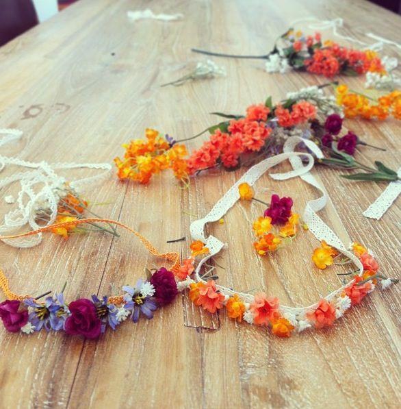 corona de flores con banda elástica