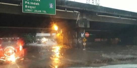 Winnetnews.com - Pagi ini (20/2) ruas jalan di bawah Tol JORR Kalimalang, tepatnya di depan sebuah restoran cepat saji banjir. Kepadatan kendaraan pun tampak terjadi di ruas jalan tersebut.Berdasarkan foto yang ada di akun Twitter TMC Polda Metro Jaya, genangan air menutupi seluruh ruas jalan di bawah