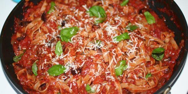 Fremragende sommerpasta, som er nem at lave. Hvidløg, frisk basilikum og parmesan skaber tilsammen en helt uovertruffen smag.