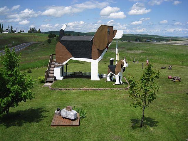 アメリカのアイダホ州にある、ビーグル犬の形をしたユニークな建物「Dog Bark Park Inn」を紹介します。小さな田舎町に位置し、自然豊かな景色の中でビーグル犬がかなり目立っています。1泊の値段はUS98ドル。手頃な価格も魅力的です。小さな田舎町に位置してます。