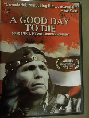 """El documental """"A good day to die"""" habla sobre otras políticas infames del gobierno estadounidense, como la que en los años de 1950 obligó a los niños nativos americanos a abandonar sus comunidades y familias para ser colocados en internados en los que les enseñaban oficios durante cuatro años."""