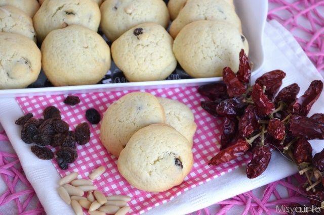 Biscotti con pinoli uvetta e peperoncino