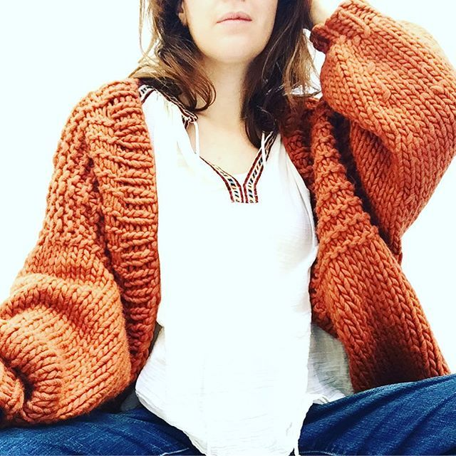 #Saturday in #comfty with #seamless #woman #rust #cardigan #purewool of #maglieriatoscana by #pompom. On line shop at #Etsy #pompomfromflorence #store