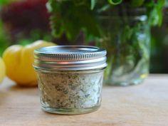 Que tal substituir o sal comum por um outro sal muito mais saudável?Uma boa, não é?Ah, e este sal é muito barato e você mesmo(a) faz em casa.Ele pode ser usado por todos, inclusive por quem sofre de pressão alta.