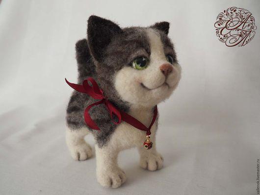 Валяная игрушка котенок Дрейк выполнен в технике сухого объемного валяния.