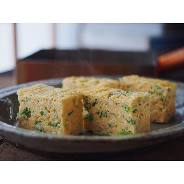 fujifab12 on Instagram pinned by myThings や、ちゃんと仕事もしてますよ奥さん  #さおとめファーム  のお野菜を使ったレシピです☺️❤️ たっぷり細ねぎとちりめんじゃこの出汁巻きたまご〜☺️❤️ こちらは卵4個で巻きました。 切ったら断面からお出汁がじゅわ〜  #Vadaantiques の#ソロソロ窯 の楕円皿にぴったりです❤️ #foodpic#feedfeed@thefeedfeed#管理栄養士#dietitian#出汁巻き卵#卵焼き#egg#工房アイザワ#純銅#卵焼き器#和食#japanesefood#じゃこ#ちりめんじゃこ#ねぎ#leak#工房アイザワ  昨日の喫茶YOUから始まり、卵頻度おかしいやろww管理栄養士失格❤️