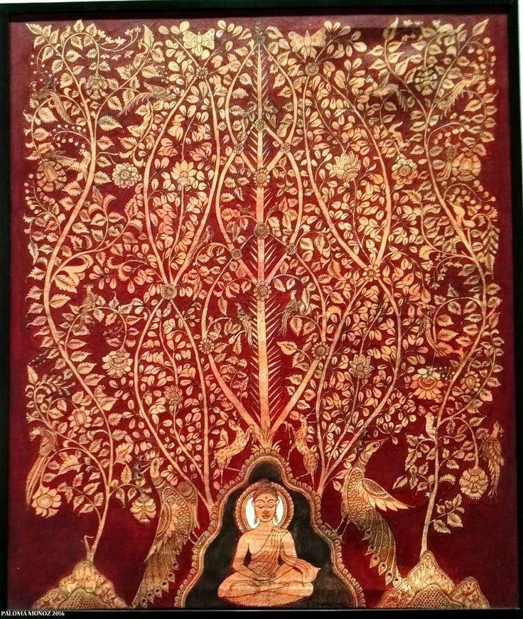"Niranjan Jonnalagada ""Buda meditando debajo de un árbol"" C 2010 Pintura al temple sobre lienzo. La obra representa a un Buda contemplativo bajo un árbol lleno de flores y pájaros. Niranjan Jonnalagada ""Buddha meditating under a tree"" C 2010 Tempera painting on canvas. The work depicts a contemplative Buddha under a tree full of flowers and birds"