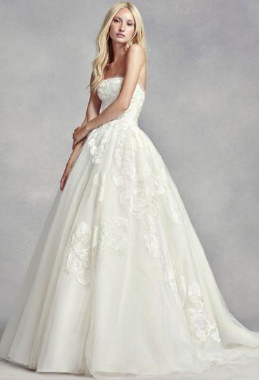 Klasa, minimalizm i elegancja - tego oczekujesz od idealnej sukni ślubnej. W salonie mistrzyni w kategorii sukienek ślubnych - Very Wang poczułabyś się jak w domu. A raczej jak we wnętrzu swojej tablicy na Pintereście. Świnko skarbonko, liczymy na ciebie!