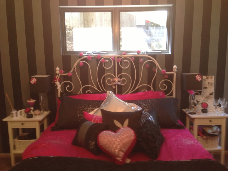 Teenage girl bedroom with cream striped wallpaper which - Pink and white striped wallpaper bedroom ...