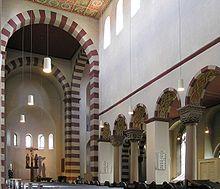 Romanische Kirche typische Merkmale sind:  Mittelschiff mit Liechtgaden Vierung Chor Apsis Rundbogenfenster Flachdecke St Michael in Hildesheim, Deutschland