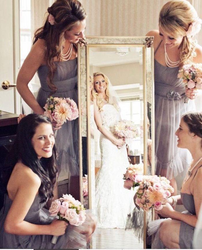 photo de mariage de la mariée avec ses demoiselles d'honneur
