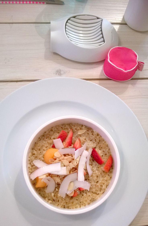 Śniadanie z Przedmiotem w Qchnia Artystyczna - krajacz do jajek Giovanni od Koziol i poduszki do jajek Egg Pillow od Vacu Vin - dostępne na Fabrykaform.pl