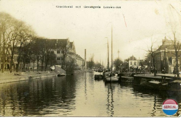 Leeuwarden: De Grachtswal, later Zuidergrachtswal, met de Gevangenis omstreeks 1925.