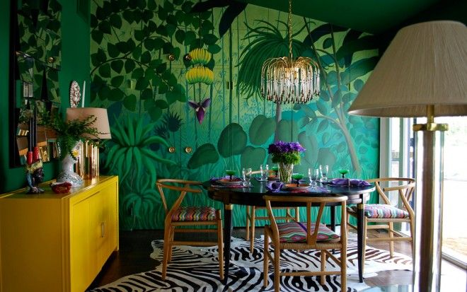 La casa di Los Angeles della designer Molly Luetkemeyer dove l'atmosfera di ogni stanza richiama mete di viaggio esotiche, come la da pranzo smeraldo con il grande murale effetto giungla tropicale, ispirato a Henri Rousseau. Influenze etniche mescolate ad arte surrealista, un tocco di vintage Anni 70 e il modernismo scandinavo.