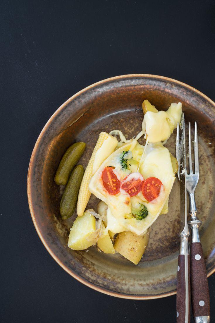 Voor Culy's Liselotte is raclette foodporn in de puurste vorm, maar wat is het eigenlijk precies en waar je eet het het best? Naast kaasfondue staat Zwitserland op culinair vlak bekend om het raclette. Een klassiek gerecht waarbijeen kaaswiel wordt gehalveerd en verwarmd zodat de kaas smelt, en je het vervolgens eraf kan schrapen. De …