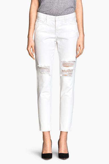 Jean Girlfriend: CONSCIOUS. Jean 5 poches en denim avec détails fortement usés. Coupe plutôt flottante avec jambes effilées et taille basse. Article réalisé en coton bio.