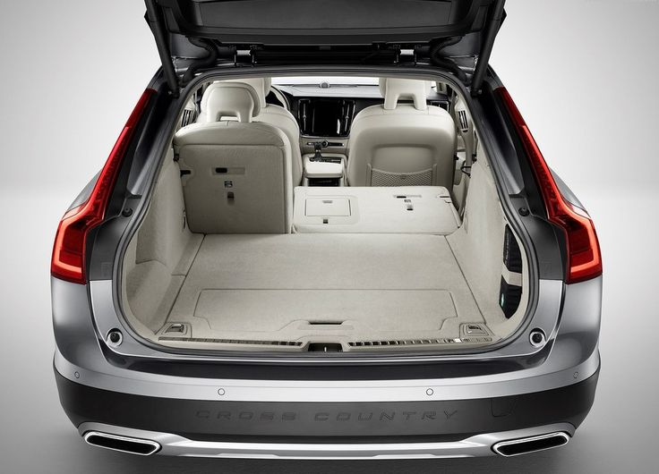 2018 Volvo V90 Cross Country cargo spce