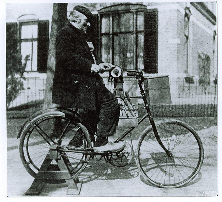 Best, OmschrijvingScharenslijper : zijn fiets is tegelijkertijd aandrijving voor de slijpsteen Extra gegevensIs een foto uit de Katholieke Ilustratie Auteur: niet vermeld (fotograaf) - 1912