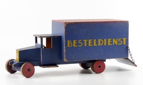 Besteldienst. Blauwe auto met houten wielen. Vervaardiger - Verzuu, Jacobus Johannes Josephus (Ko), ADO (Arbeid door Onvolwaardigen), 1931, hoogte 17.0 cm, breedte 23.5 cm, diepte 56.0 cm. Collectie ADO, CODA Museum