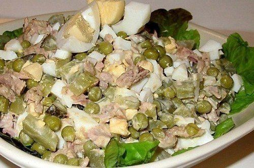 Салат «Азов».<br><br>Ингредиенты:<br>тунец консервированый в собств. соку – 1 банка<br>яйца куриные – 2-3 шт.<br>маринованные огурцы – 3-4 шт.<br>зеленый горошек – 3-4 ст. л.<br>майонез 2-3 ст.л.<br><br>Приготовление:<br>Тунца разломать на кусочки.<br>Яйца отварить, порезать кубиком...