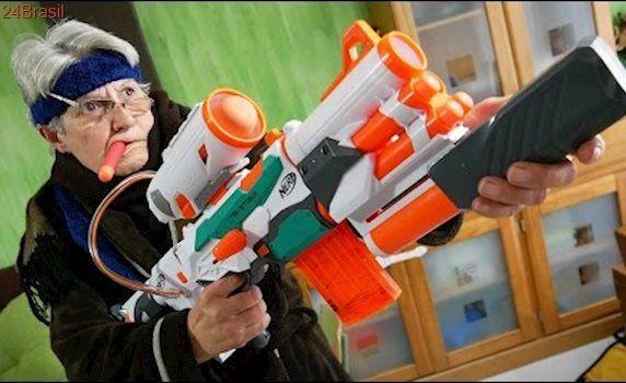 NERF MODULUS TRI STRIKE!! Guerra de Nerf da Vovó Stanley War Toys Guns Vs Guns