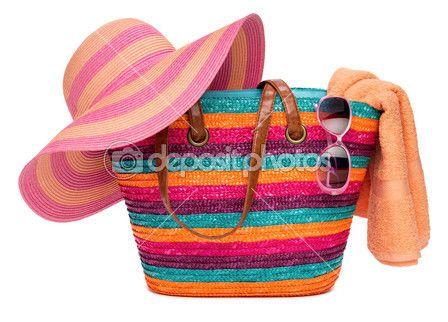 Hasır şapka havlu ve güneş gözlüğü ile renkli çizgili plaj çantası — Stok İmaj #27725611
