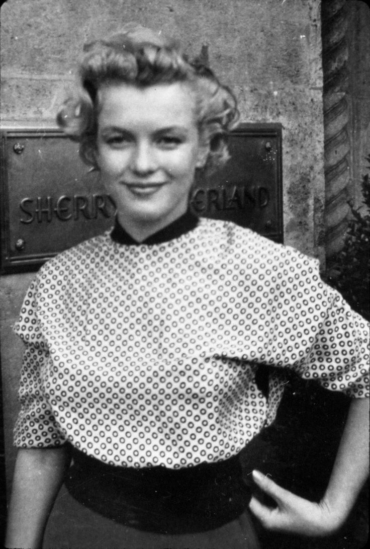 A young Marilyn Monroe in front of the Sherry-Netherland Hotel, NY, in early 1952.