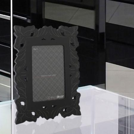 O porta-retrato Pierre tem inspiração francesa no estilo provençal. Com acabamento em alto brilho confere nobreza a decoração.   Material: Madeira ecologicamente correta com revestimento melamínico em alto brilho, vidro e lâmina.  Fotografia: 10x15cm