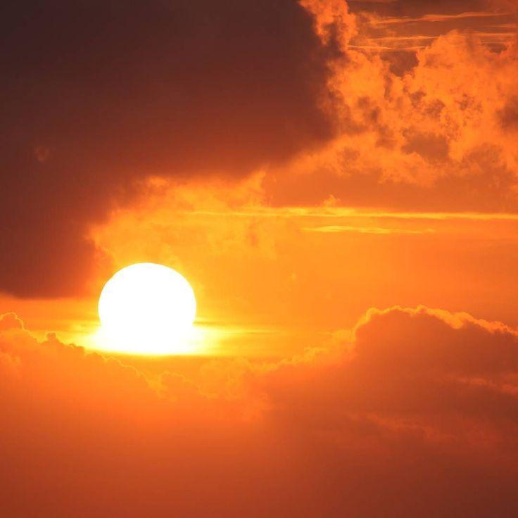 Нашли в своих залежах фото на котором молнце тает как шарик мороженого:) Закаты тут каждый день - настоящее шоу. --- Иногда для счастья нужно очень мало. Просто купить билеты снять жилье на Самуи с @aboutsamui приехать сюда  и наслаждаться закатами морем теплом и фруктами ) #закат #sunset #sun  #aboutsamui #thailand #samui #эбаутсамуи #самуи #таиланд
