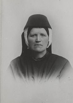 Vrouw uit Seerijp (Striep) in Terschellinger streekdracht. Ze draagt de zondagse dracht