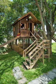 Diversão garantida para os filhos no jardim da residência de Aristéia e Alberto Rau: a casa de árvore tem escorregador, rede de escalada, balanço, escada com corrimão dos dois lados e ponte mole